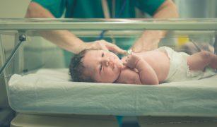 Cadrele medicale din Spitalul Universitar au avut o atitudine nepotrivită față de mămici și copii, acuza mămica