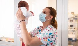 neonatolog cu nou născut