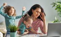 mamă care lucrează