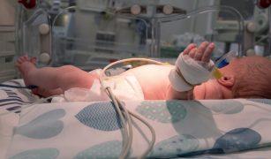 nou nascut in incubator