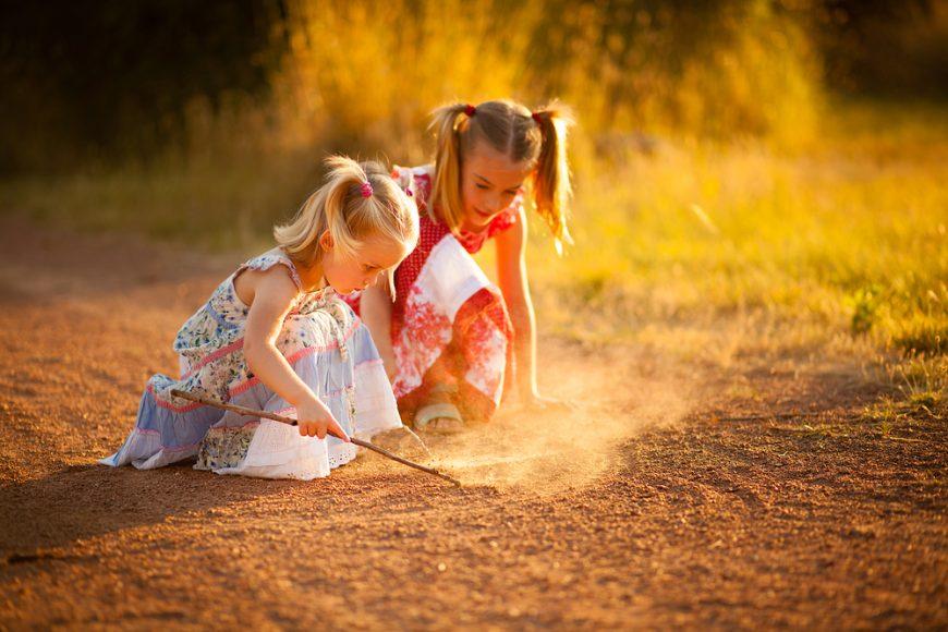 fetițe la joacă
