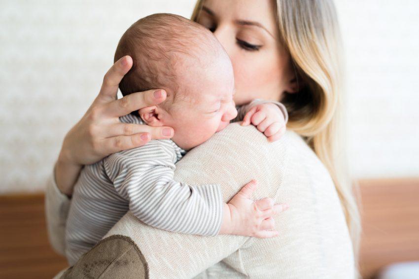 pozitii de tinut bebelusul in brate