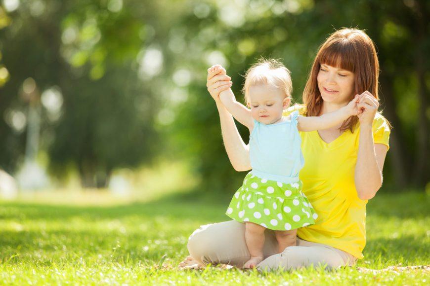 copil și mamă în natură
